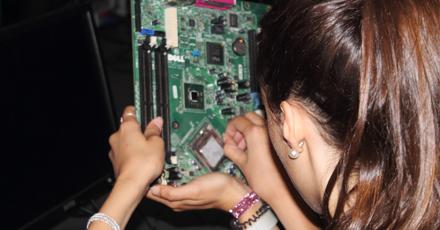 Nos dias dedicados às Tecnologias da Informação e Comunicação, enre outras atividades, os estudantes entraram no domínio da arquitetura de computadores e configuração de redes