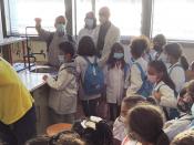 crianças numa visita ao laboratório