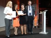 Maria Elvira Callapez e Vânia Carvalho, do Museu de Leiria, recebem o prémio das mãos de Thomas Misa, presidente da SHOT e Arwen Mohun, presidente eleita da SHOT