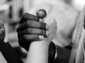 Duas pessoa dão as mãos