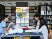 Biblioteca com alunos