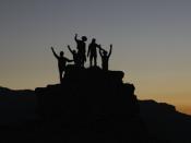 Pessoas no topo de uma colina
