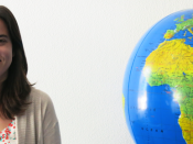 Marta Aido junto ao globo terrestre