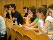 Sala de aula com alunos sentados e tomando notas
