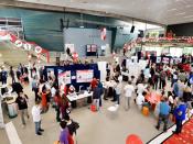 Fotografia de uma edição anterior da competição SensUs, com vários participantes no contexto de um pavilhão com diversos stands
