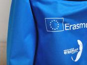 Imagem de uma sweatshirt azul, com o logótipo estampado do Programa Erasmus +