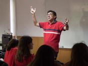 Fotografia de um docente numa sala de aula