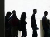 Alunos aguardam a sua vez na fila para as inscrições