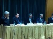 Fotografia de mesa com cinco pessoas sentadas, na Reitoria da UL