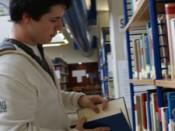 Estudante de Ciências na biblioteca do C4