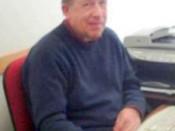 O professor José Manuel Pires dos Santos sentado em frente a uma secretária