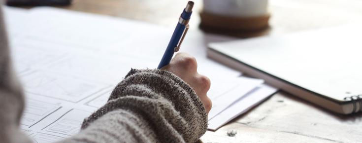 Papel e caneta, num ato de estudo