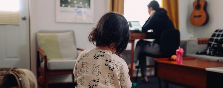 Criança em casa acompanhada pela presença de um adulto