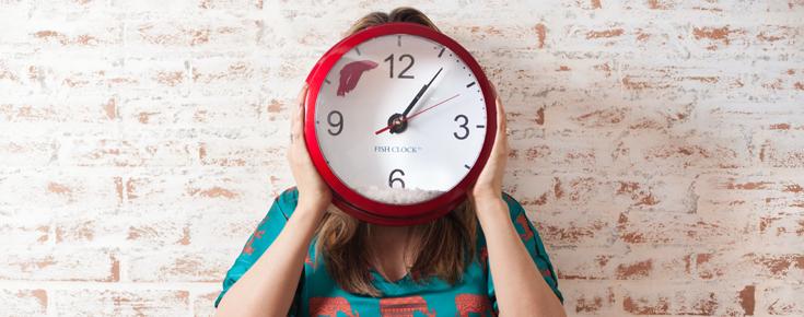 Mulher esconde rosto com relógio