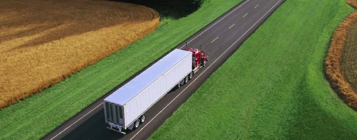 Camião de longo curso em via rápida
