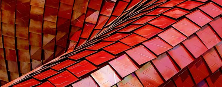Fotografia de estrutura metalizada, em tons de vermelho