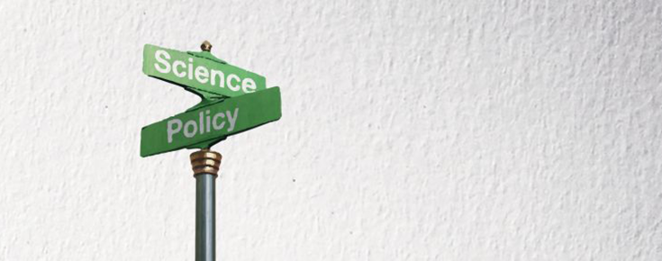 Imagem de um sinal representativo da intersecção entre a Ciência e a Política, sobre um fundo cinzento claro