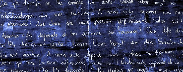"""Quadro com a frase """"A nossa vida depende das escolhas que fazemos!"""", em várias línguas"""