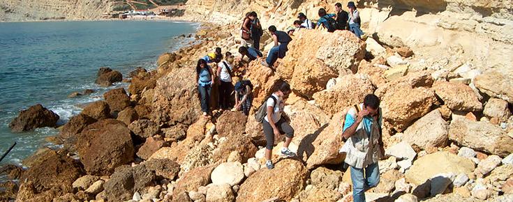 Fotografia de saída de campo de alunos de Geologia