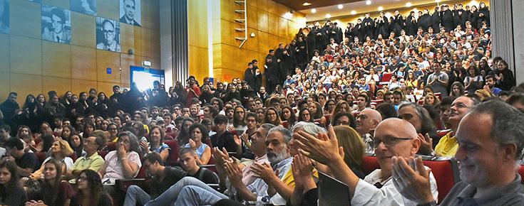 Fotografia do grande auditório de Ciências, repleto de público aquando da Sessão de boas-vindas aos novos alunos 2018/2019