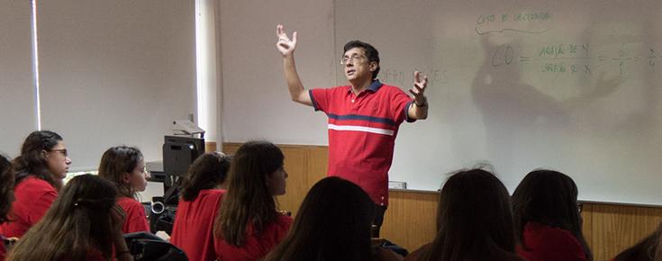 Fotografia de um docente no contexto de uma aula