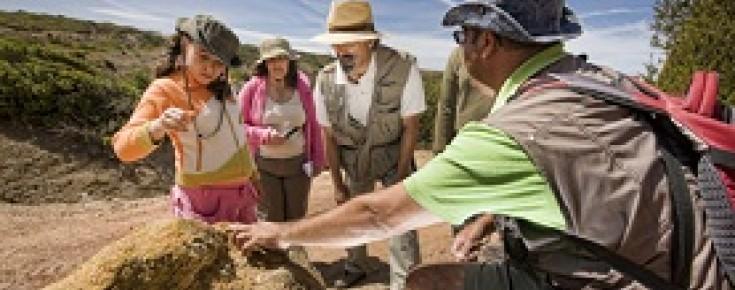 Adultos e criança em atividade da Ciência Viva no Verão