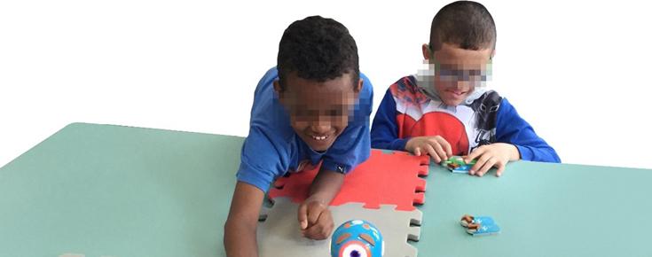 Crianças invisuais, a interagir com adaptações e novos ambientes de programação
